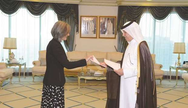 Minister of State for Foreign Affairs, received copy of the credentials of Ambassador of the Helleni
