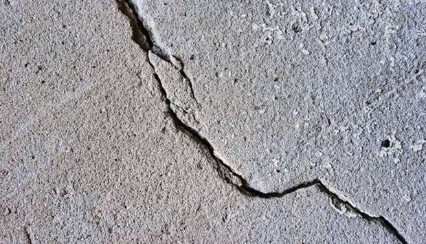 Cracks have occurred in the walls of some buildings due to the earthquake.